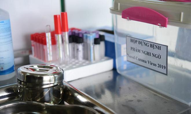 Dụng cụ lấy mẫu xét nghiệm nCoV tại bệnh viện Nhiệt đới Trung ương. Ảnh: Giang Huy