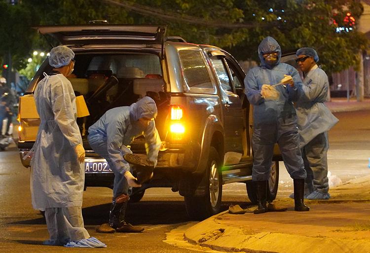 Nhân viên y tế chuẩn bị phun thuốc khử trùng khu vực nhà bệnh nhân 34 ở thành phố Phan Thiết, Bình Thuận, tối 10/3. Ảnh: Việt Quốc.