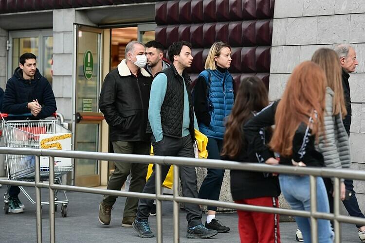Ng??i dan Italy x?p hàng mua gom th?c ph?m bên ngoài m?t siêu th? ? Milan ngày 8/3. ?nh: AFP