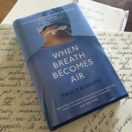 Cuốn sách Khi hơi thở hóa thinh không nguyên gốc tiếng Anh. (Ảnh: Writeroutofresidence)