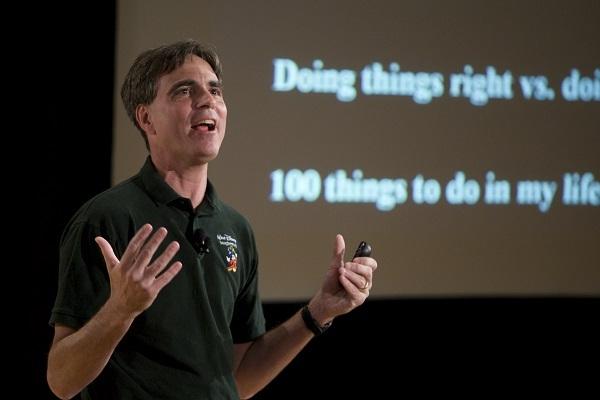 Giáo sư Randy Pausch giảng bài giảng cuối cùng. (Ảnh: Medium.com)