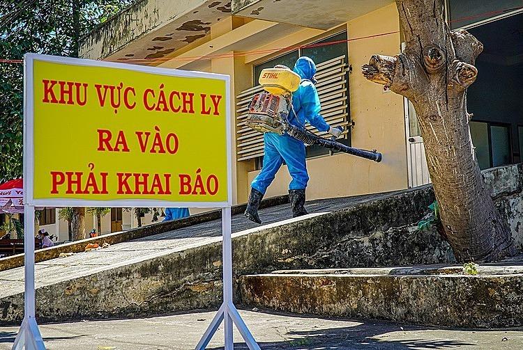 Phun thuốc khử khuẩn trước khoa NhiễmBệnh viện Đa khoa Bình Thuận, nơi điều trị các bệnh nhân Covid-19, ngày12/3. Ảnh: Việt Quốc.