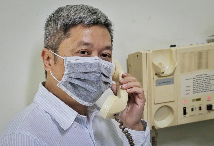 Thứ trưởng Bộ Y tế Nguyễn Trường Sơn điện đàm với bệnh nhân Việt kiều Mỹ cách ly trong phòng áp lực âm Bệnh viện Bệnh Nhiệt đới TP HCM, tháng 2. Ảnh: Quỳnh Trần.