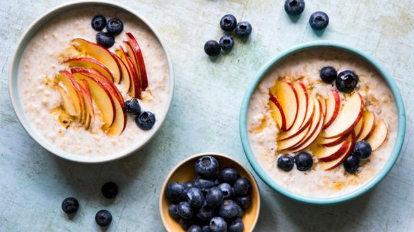 Bột yến mạch mềm, thích hợp với người bệnh. Bạn ăn kèm trái cây thể thêm hương vị.