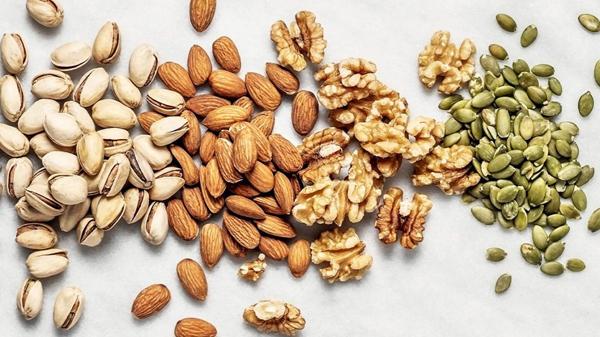 Người bệnh khi hóa trị có thể ăn các loại hạt vào các bữa phụ.