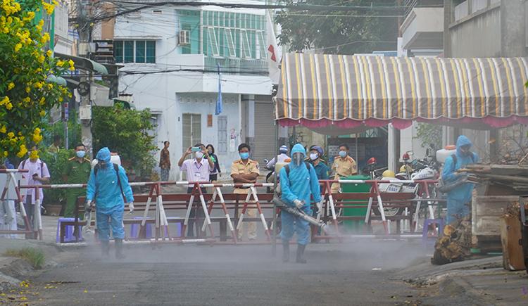 Phun thuốc khử khuẩn khu phố bệnh nhân Covid-19 cư trú ở Bình Thuận, ngày 12/3. Ảnh: Việt Quốc.