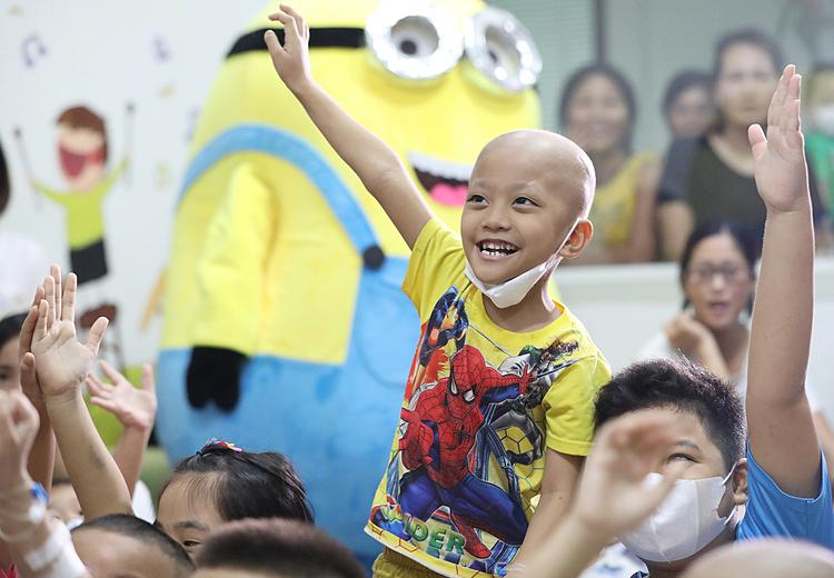 Bệnh nhân ung thư điều trị tại Khoa Bệnh máu trẻ em, Viện Huyết học - Truyền máu Trung ương. Ảnh: Ngọc Thành.
