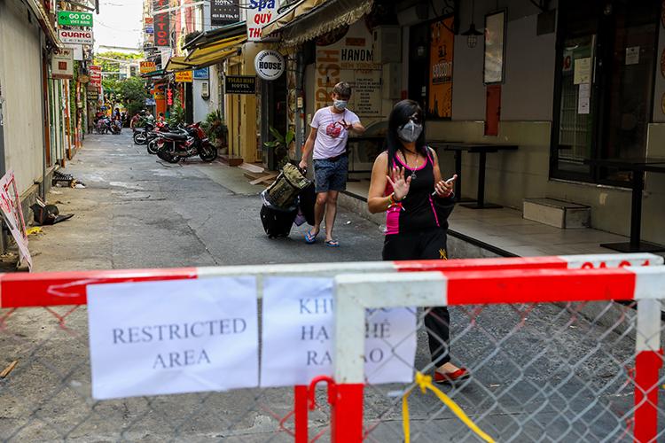 Khu phố Tây Bùi Viện, quận 1, bị cách ly sau khi du khách Latvia lưu trú tại đây nhiễm nCoV, ngày 15/3. Ảnh:Quỳnh Trần.