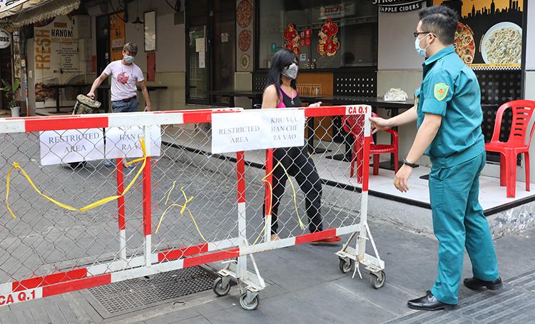 Rào chắn hạn chế ra vào được lắp đặt tại hẻm 40/7 Bùi Viện, quận 1 sau khi có một khách Tây nhiễm Covid-19 tại khu vực này ngày 15/3. Ảnh: Như Quỳnh.