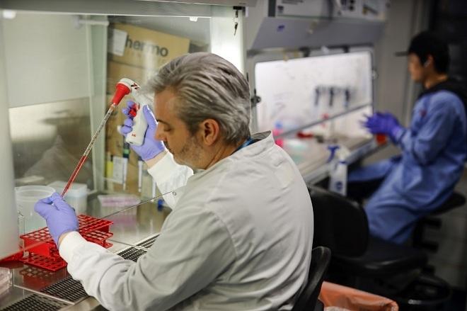 Một nhà khoa học đang tiến hành điều chế vaccine chống lại dịch Covid-19. Ảnh: AFP