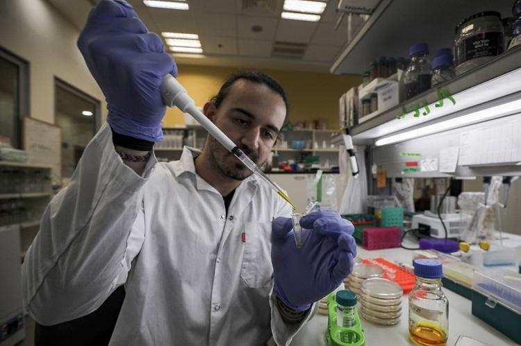 Nhà khoa học tạiIsraeli làm việc trong phòng thí nghiệm ngày 1/3 để điều chế vaccine chống Covid-19. Ảnh: AFP