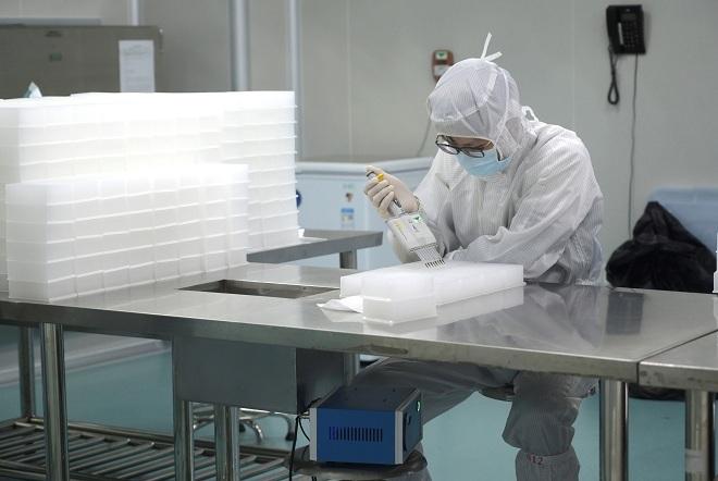 Không một cá nhân hay tổ chức nào đủ khả năng và thiết bị để điều chế vaccine một cách độc lập. Ảnh: Reuters