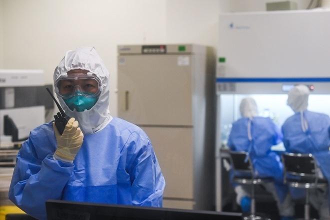 Nhân viên y tế Trung Quốc mặc đồ bảo hộ trong khu vực chuyên biệt. Ảnh: Reutres