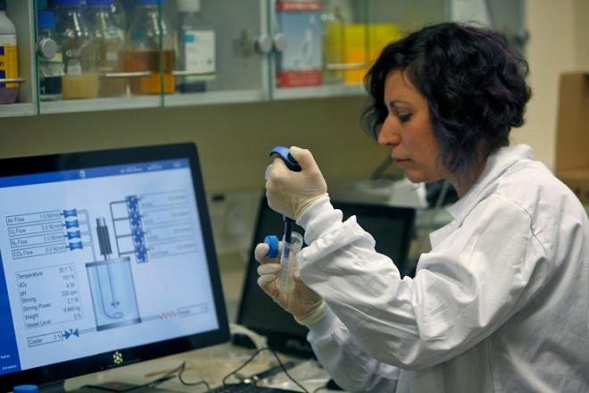 Nhà khoa học Israel làm việc tại một phòng thí nghiệm. Ảnh:AFP