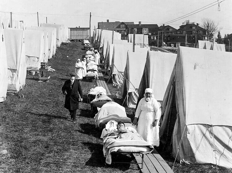 Bệnh nhân cúm Tây Ban Nha năm 1918 đươc điều trị ngoài trời tại Boston, Mỹ. Ảnh:National Archives