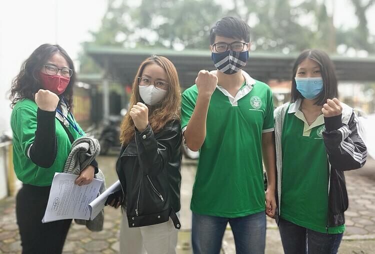 Chu Thị Duyên (thứ hai từ trái sang) cùng 3 thành viên khác của nhóm đều là sinh viên năm 3, Đại học y tế Công cộng.Ảnh Thúy Quỳnh