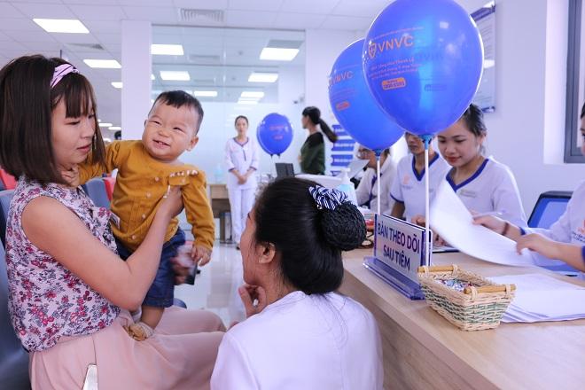 Chị Huỳnh Ngọc Thảo và con trai tại bàn theo dõi sau tiêm.