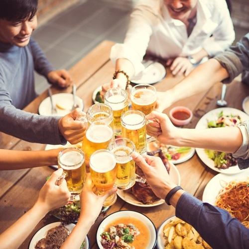 Những cuộc nhậu xuyên Tết có thể gây nhiều hệ lụy cho sức khỏe. Ảnh: Shutterstock.