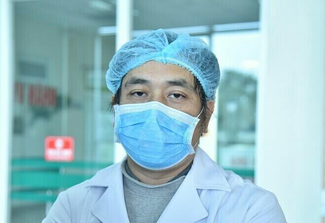 Bác sĩ Nguyễn Trung Cấp tại Bệnh viện Nhiệt đới Trung ương trong đợt chống dịch hồi tháng 2. Ảnh: Lê Hoàng.