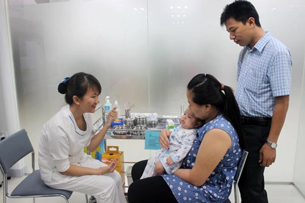 Trẻ nhỏ đến thăm khám sẽ được bác sĩ chuyên môn chỉ định tiêm chủng phù hợp với độ tuổi, thể trạng, sức khỏe.
