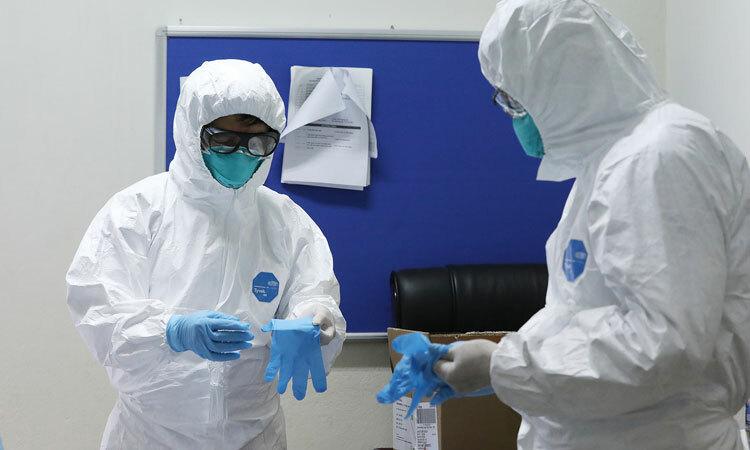 Nhóm bác sĩ mặc trang phục bảo hộ vào chăm sóc cho các bệnh nhân mắc Covid-19 tại Bệnh viện Bệnh Nhiệt đới Trung ương, Hà Nội ngày 24/3. Ảnh: Ngọc Thành.