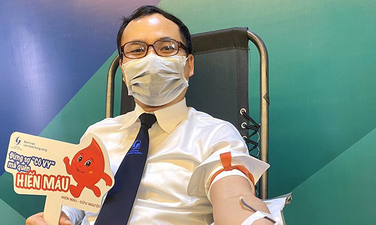 Bác sĩ Phan Việt Sinh tham gia hiến máu tại bệnh việ, sáng 25/3. Ảnh: Thùy An