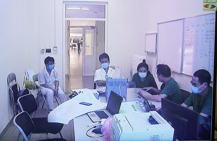 Bác sĩ Cấp cùng các đồng nghiệp họp trực tuyến với thứ trưởng Bộ Y tế Nguyễn Trường Sơn ngày 24/3. Ảnh: Ngọc Thành
