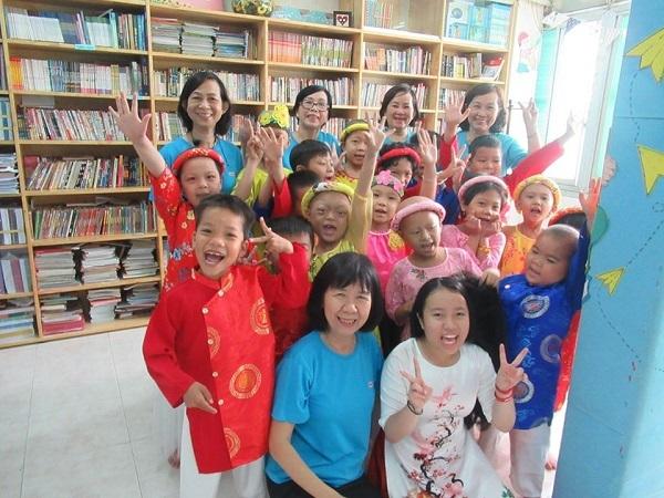 Cô Đinh Thị Kim Phấn (áo xang hàng đầu tiên) cùng các đồng nghiệp và học trò tại lớp học ở Bệnh viện Ung bướu TP HCM.