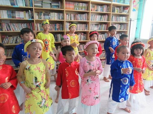 Các em bé đến lớp học cùng cô Phấn để có thêm niềm vui trong những ngày tháng chiến đấu với bệnh tật.