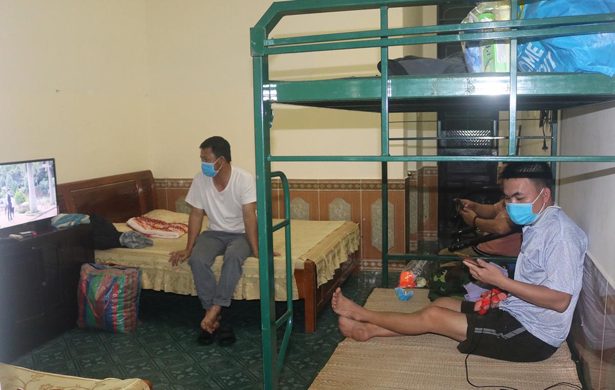Người dân trong khu cách ly tại Đoàn An điều dưỡng 40 Cửa Hội (Quân khu 4). Ảnh:Nguyễn Hải.