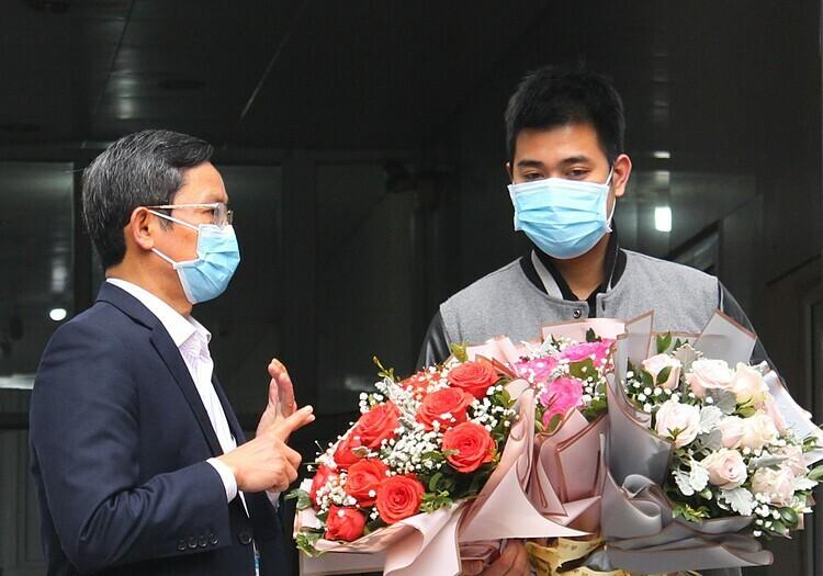 Nguyễn Văn Tùng trong ngày xuất viện 20/3 tại Bệnh viện Đa khoa Ninh Bình. Ảnh: Bệnh viện cung cấp