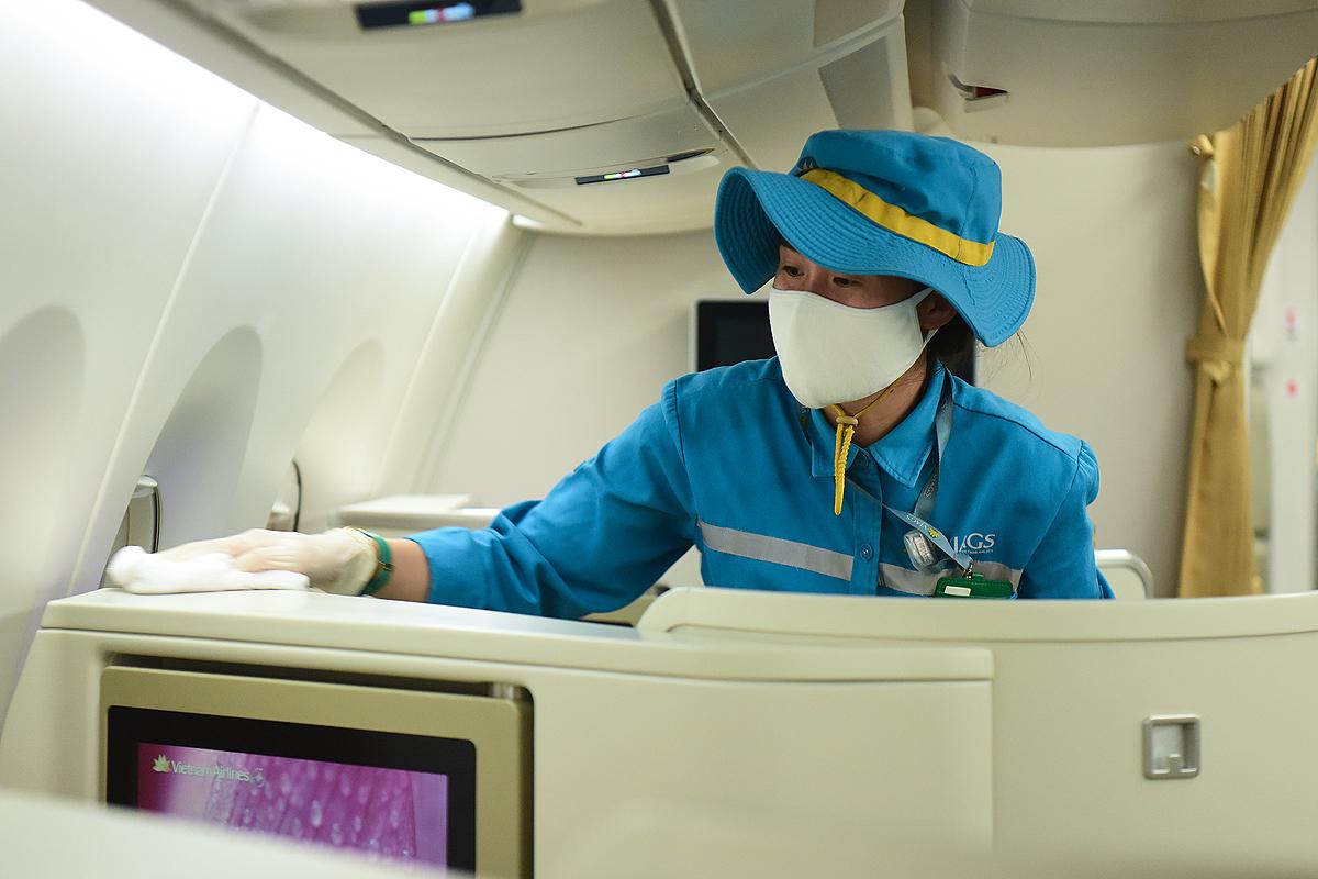 Nhân viên khử trùng một máy bay ngày 24/3. Ảnh: Giang Huy.