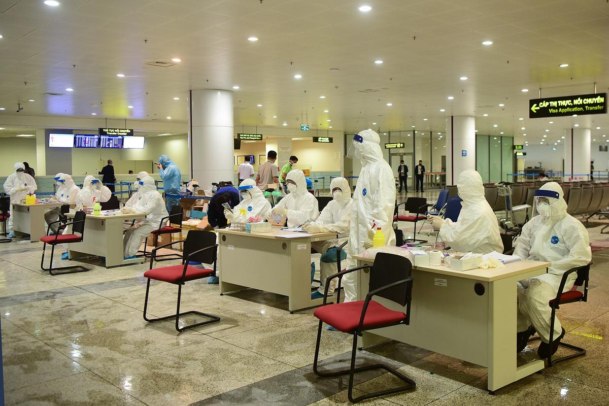 Lấy mẫu xét nghiệm người nhập cảnh tại sân bay Nội Bài, Hà Nội, ngày 18/3. Ảnh: Giang Huy.