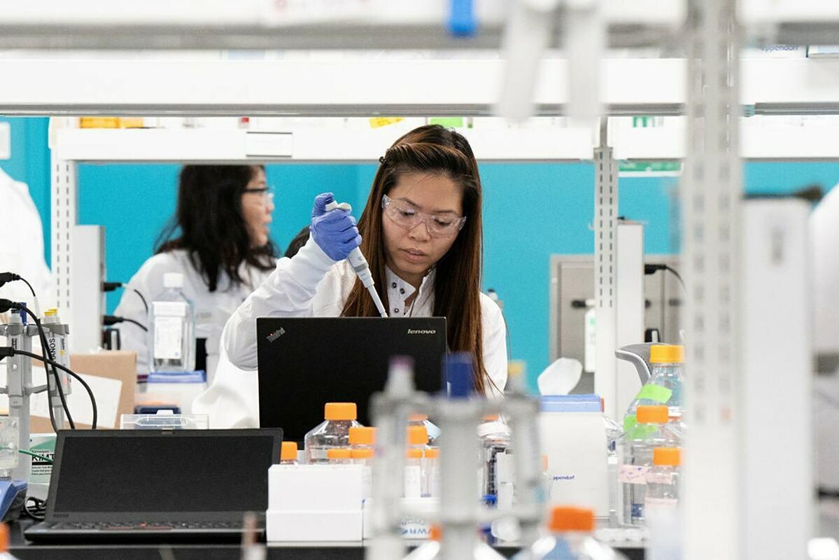Một nhà nghiên cứu vaccine đang làm việc tại phòng thí nghiệm của hãng dượcArcturus Therapeutics ở San Diego. Ảnh: Reuters