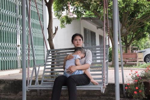 Chị Nguyễn Thị Hoài cùng con trai tại Bắc Giang.