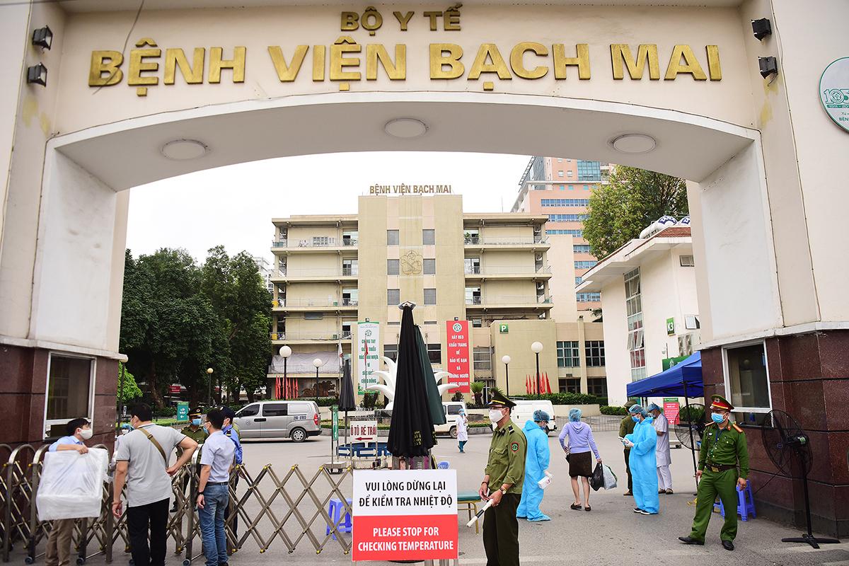 Bệnh viện Bạch Mai được cách ly, kiểm soát người ra vào, ngừng tiếp nhận bệnh nhân, sáng 28/3. Ảnh: Giang Huy