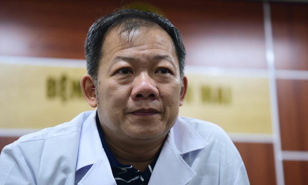 Bác sĩ Dương Đức Hùng, Phó Giám đốc Bệnh viện Bạch Mai tại phòng làm việc riêng ngày 27/3. Ảnh: Giang Huy.