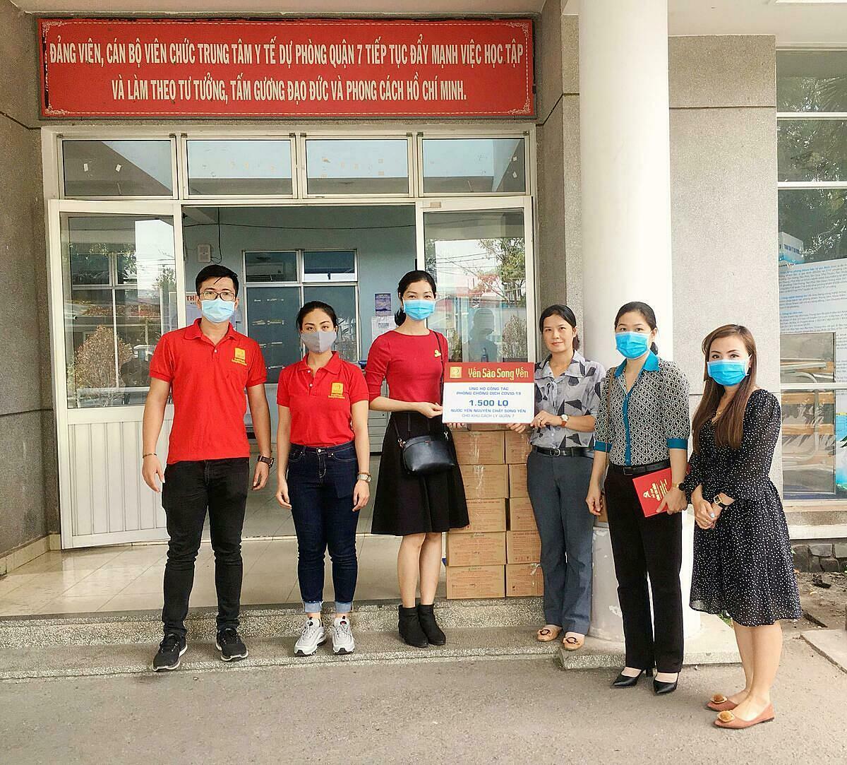 Những lọ nước yến Song Yến được trao tặng tay đội ngũ y bác sĩ tại khu cách ly quận 7, TP HCM.