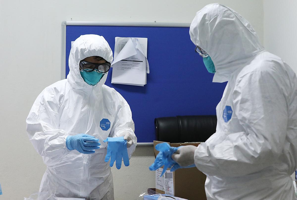 Bác sĩ mặc đồ bảo hộ thăm bệnh nhân Covid-19 ở Bệnh viện Bệnh nhiệt đới Trung ương. Ảnh: Ngọc Thành.