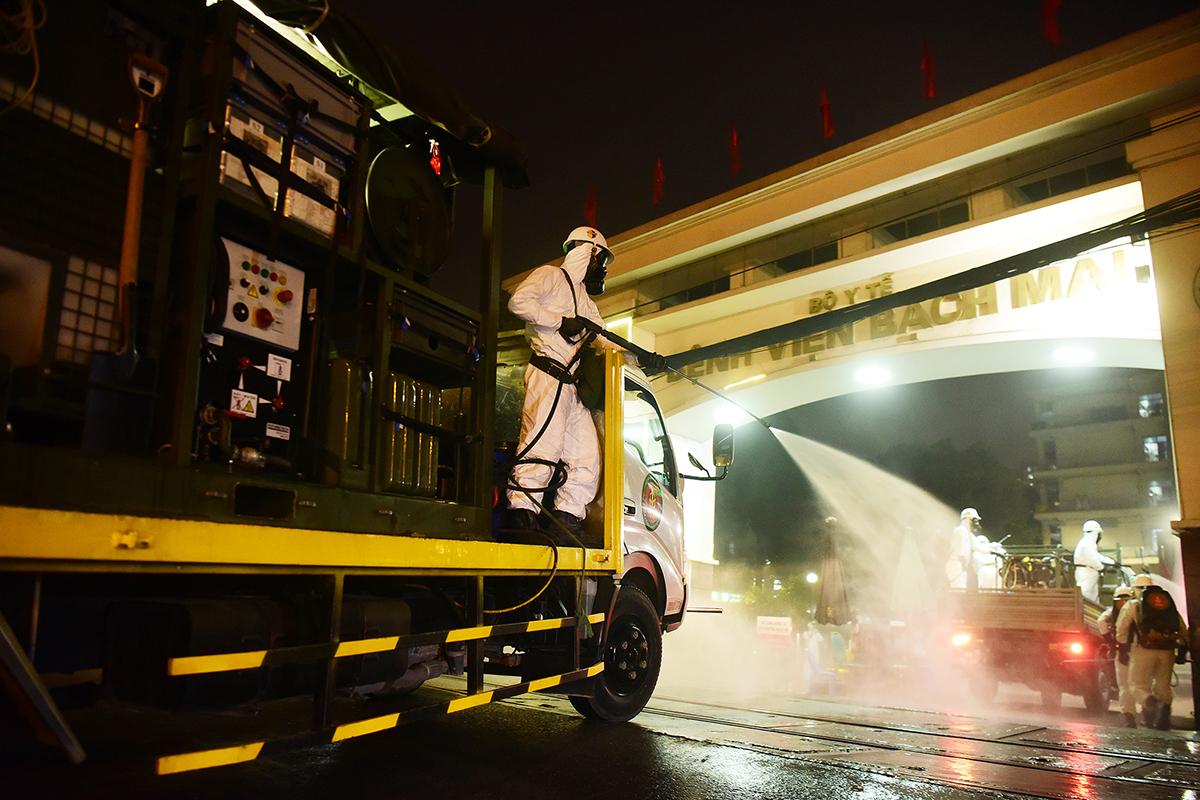 Phun thuốc khử trùng Bệnh viện Bạch Mai tối 28/3. Ảnh: Giang Huy.