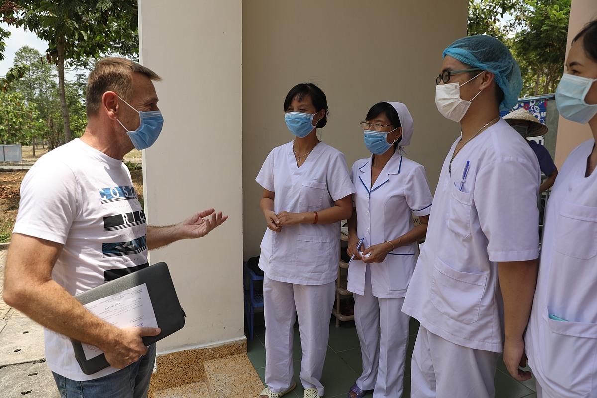 Bệnh nhân người Zcech quay lại cảm ơn y bác sĩ khi xuất viện ngày 30/3. Ảnh: Hữu Khoa.