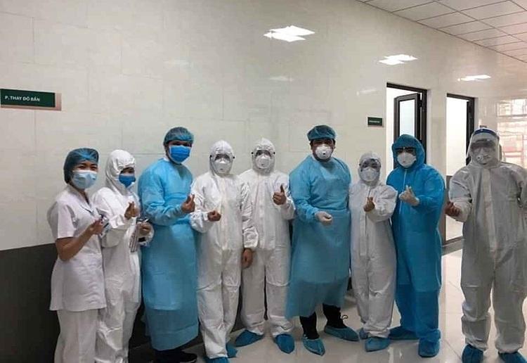 Nhân viên y tế tại bệnh viện Bạch Mai vững tâm chiến đấu ngăn chặn dịch Covid-19. Ảnh: Bệnh viện cung cấp