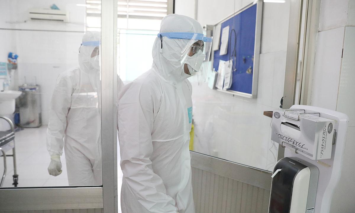 Bác sĩ Bệnh viện Chợ Rẫy trong khu điều trị bệnh nhân nCoV vào tháng 2. Ảnh: Hữu Khoa.
