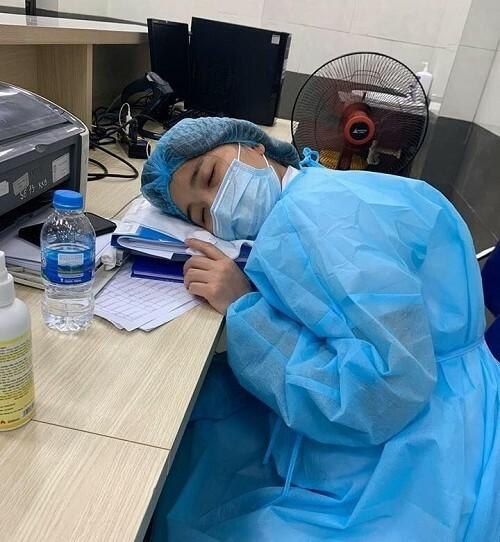 Nhân viên ngủ gục trên bàn làm việc
