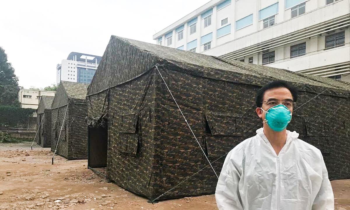Ông Nguyễn Quang Tuấn kiểm tra khu dã chiến tại Bệnh viện Bạch Mai, ngày 29/3. Ảnh: Thế Anh.
