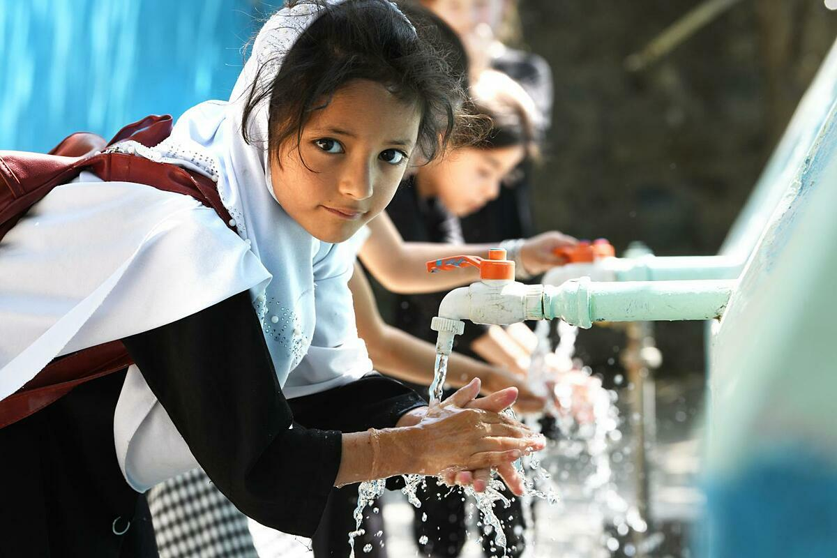 Giới chức y tế các nước khuyến cáo rửa tay thậm chí quan trọng hơn đeo khẩu trang. Ảnh: UNICEF