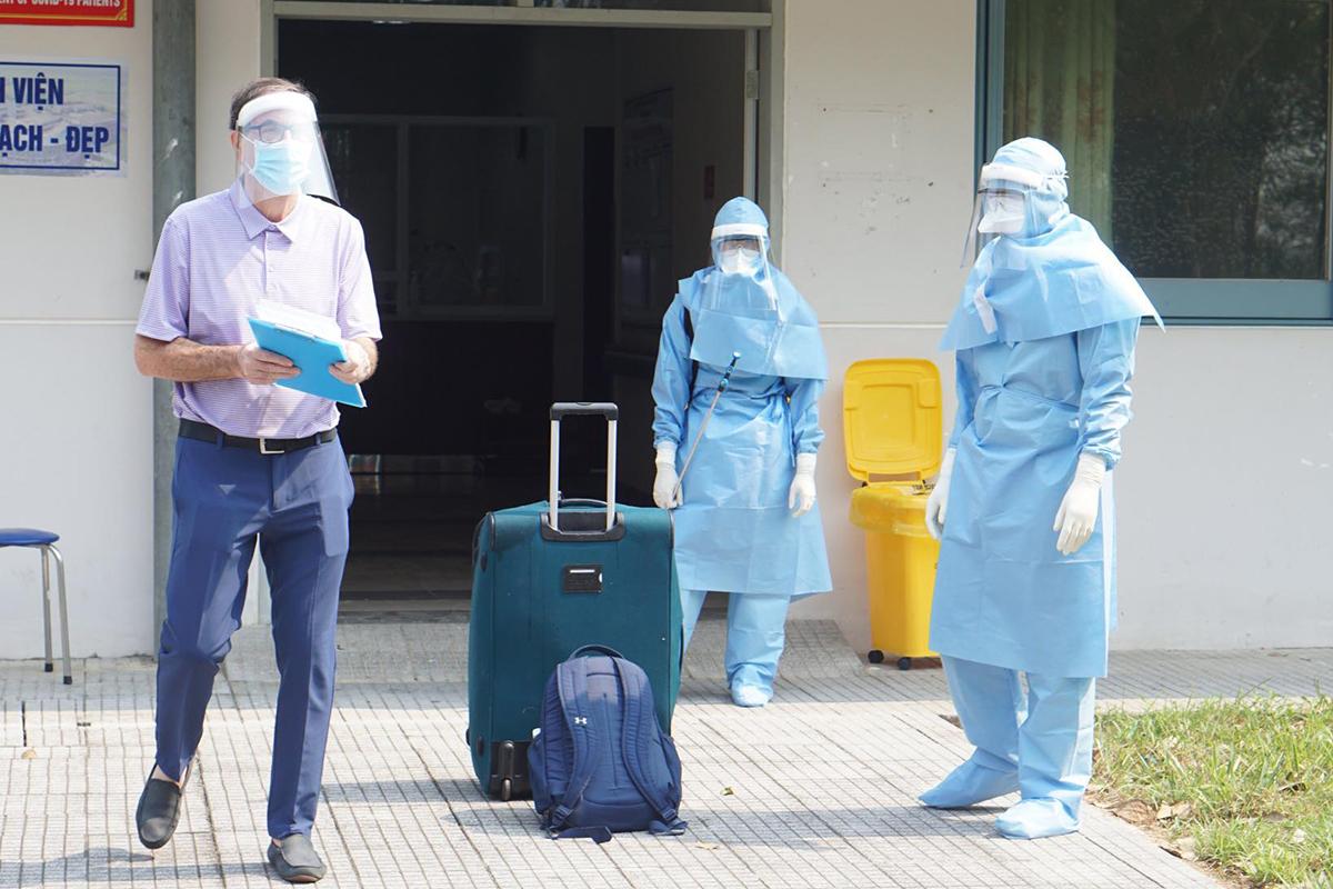 Bệnh nhân người Anh chuẩn bị xuất viện. Ảnh: Thanh Xuân