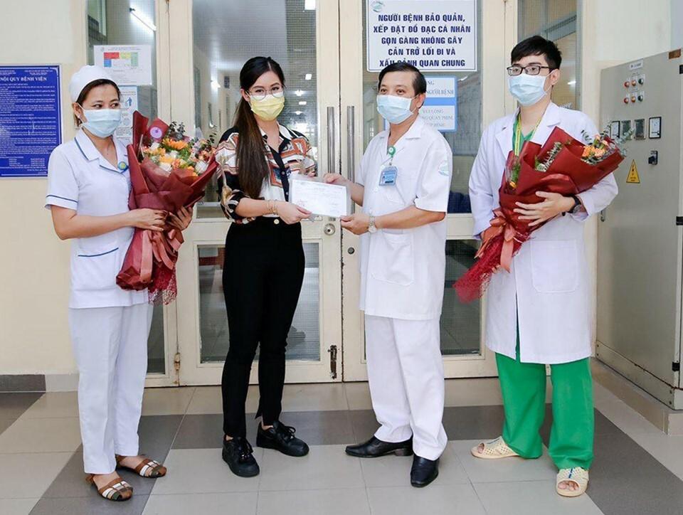 Bác sĩ Nguyễn Thanh Phong, Trưởng khoa Nhiễm D, trao giấy chứng nhận sức khỏe cho bệnh nhân ra viện. Ảnh do gia đình cung cấp.
