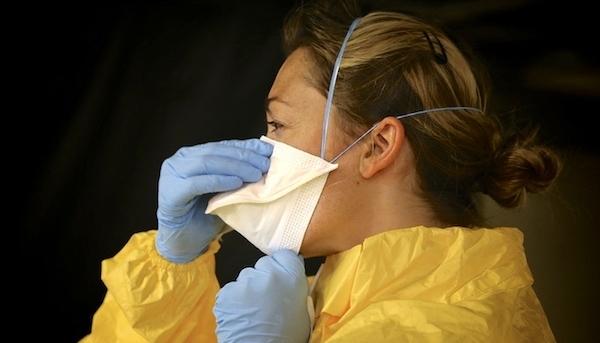 Bệnh nhân ung thư nên dùng khẩu trang, găng tay trong trường hợp phải đi đến nơi công cộng.