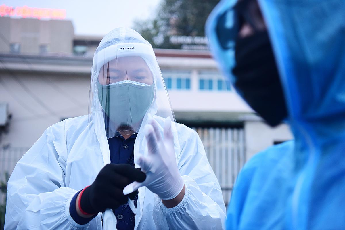 Nhân viên y tế Bệnh viện Bạch Mai mặc đồ bảo hộ chống nCoV. Ảnh: Giang Huy.
